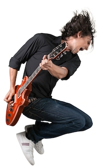 Ritratto di un musicista che salta mentre suona una chitarra elettrica