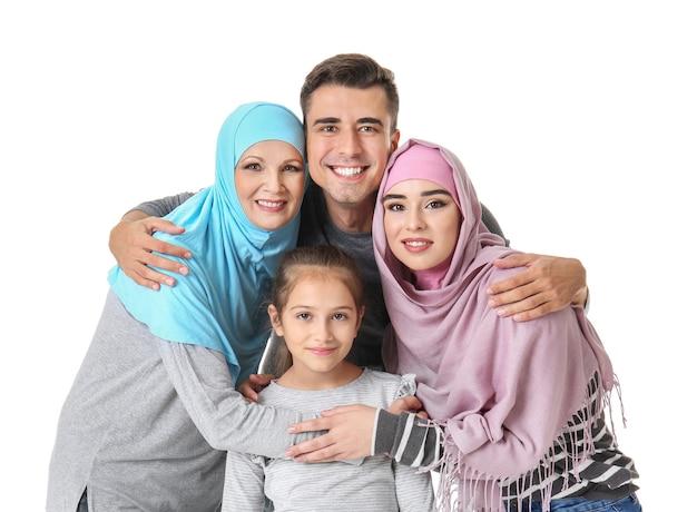 Ritratto di famiglia musulmana su sfondo bianco