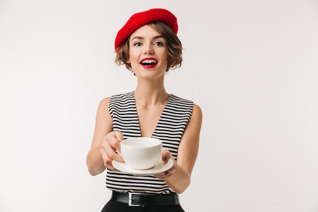 Ritratto della donna emozionante di n che porta berreto rosso