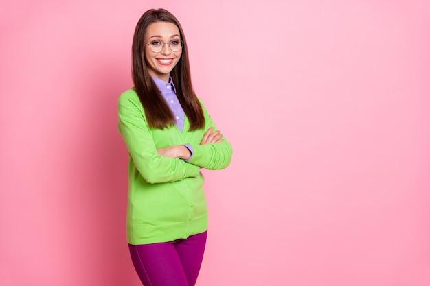 Ritratto di bella attraente contenuto allegro ragazza docente tutor braccia piegate isolate su sfondo rosa color pastello