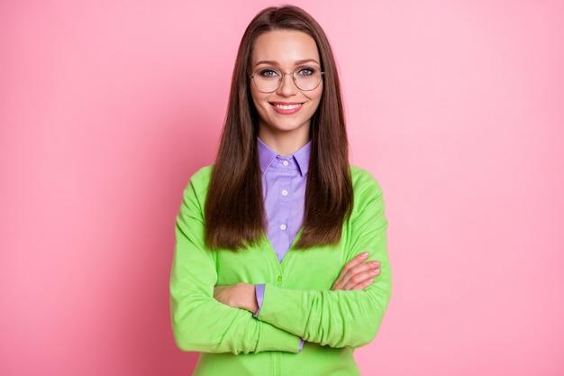 Ritratto di un bel contenuto attraente allegro allegro ragazza nerd geek braccia piegate isolate su sfondo rosa color pastello