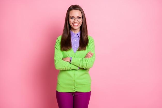 Ritratto di un bel contenuto attraente ragazza allegra nerd geek braccia piegate isolate su sfondo rosa color pastello
