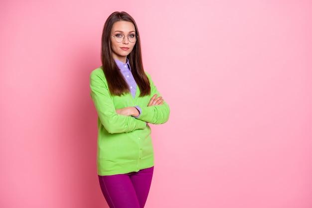 Ritratto di un bel contenuto attraente ragazza intelligente insegnante conferenziere braccia piegate isolate su sfondo rosa color pastello
