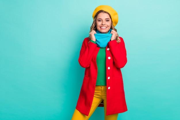 Ritratto di una bella e adorabile ragazza candida che si gode il fine settimana invernale vacanza tocco sciarpa indossare stagione vestiti pantaloni isolati su sfondo di colore turchese