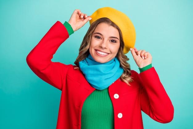 Ritratto di bella ragazza candida abbastanza adorabile godersi la stagione invernale resto relax vacanza tocco mano copricapo indossare abiti di bell'aspetto isolato su sfondo di colore verde acqua