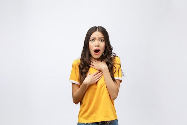 Ritratto di bella ragazza carina positiva scioccata in camicia gialla casual