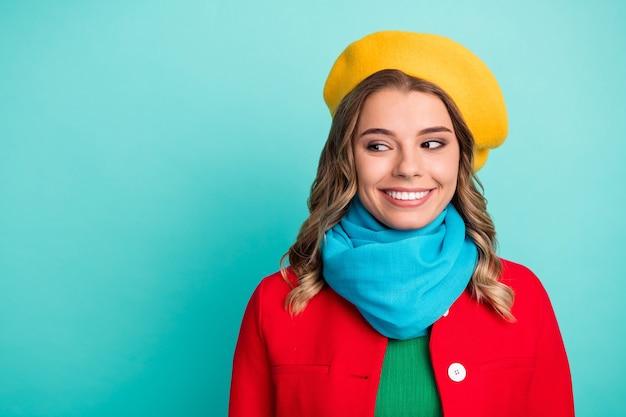 Ritratto di bella dolce ragazza da ragazzina godersi la stagione invernale weekend tempo libero a piedi look copyspace indossare brillare capispalla giacca a vento isolato su sfondo di colore turchese