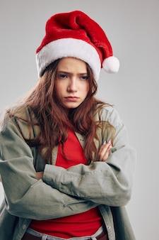 Ritratto di una ragazza offesa in un cappello festivo natale capodanno. foto di alta qualità