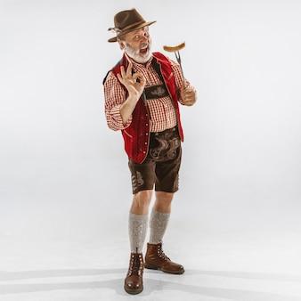 Ritratto dell'uomo dell'oktoberfest, che indossa i tradizionali abiti bavaresi