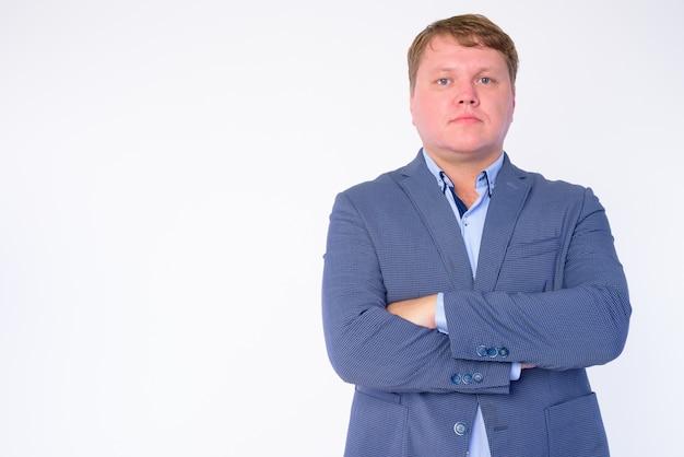Ritratto di uomo d'affari in sovrappeso che indossa tuta isolato su bianco