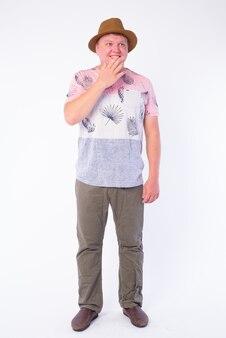 Ritratto di uomo turistico in sovrappeso che indossa cappello isolato su bianco