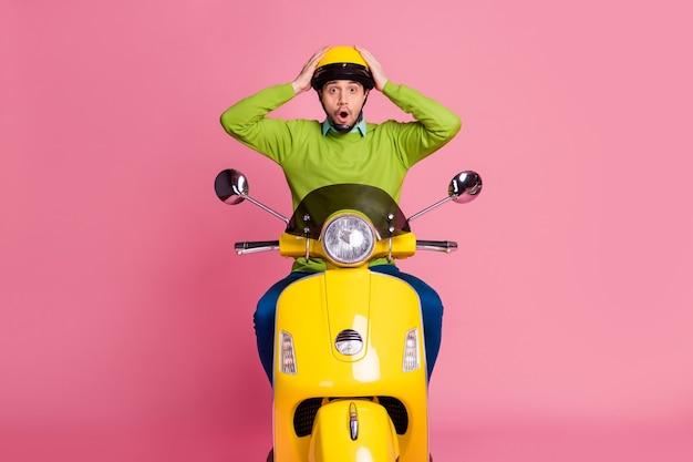 Ritratto di ragazzo sopraffatto in sella a una moto