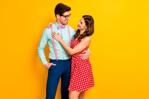 Il ritratto dell'uomo appassionato della donna geek gode dell'abbraccio della data di san valentino