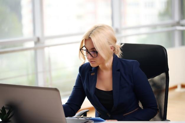 Ritratto di una donna d'affari pensierosa in un vestito che pensa e che pianifica