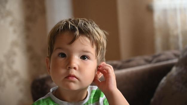 Ritratto di un bambino pensieroso