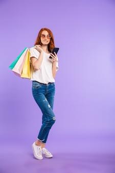 Ritratto di una giovane donna pensierosa in occhiali da sole