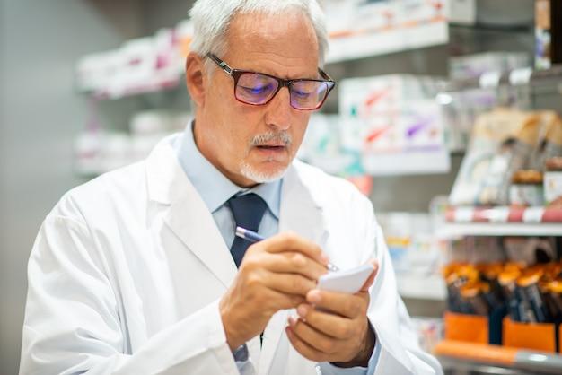 Ritratto di un farmacista al lavoro nel suo negozio