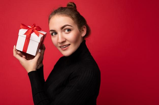 Foto ritratto di bella giovane donna bruna premurosa felice isolata su sfondo rosso