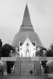 Ritratto di phra pathommachedi tempio nel centro della città di nakhon pathom, thailand