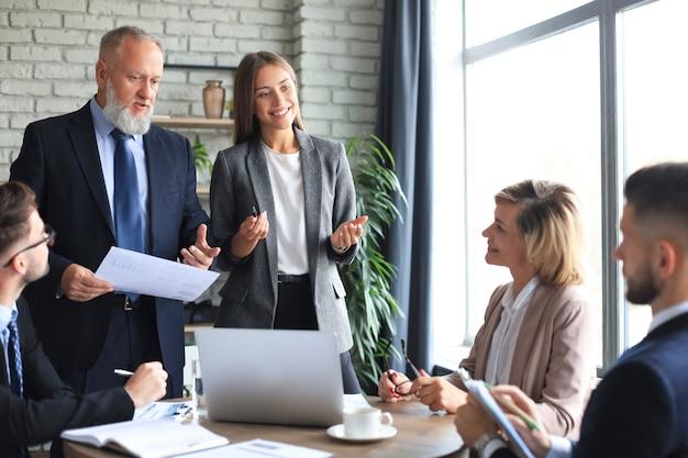 Ritratto di dipendenti aziendali positivi a una riunione d'affari in ufficio.