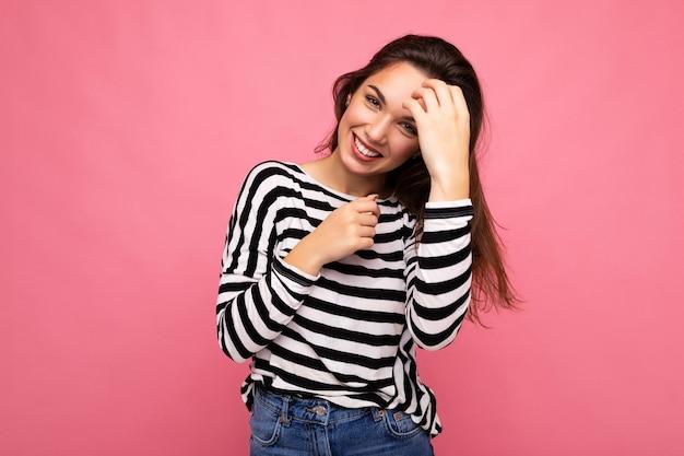 Ritratto di donna alla moda allegra positiva in abiti casual