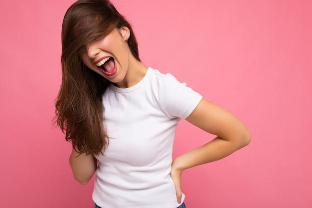 Ritratto di donna alla moda allegra positiva in maglietta bianca casual per mock up