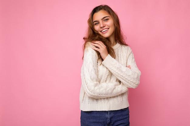Ritratto di donna alla moda allegra positiva in abbigliamento formale isolato sulla parete rosa con spazio di copia.
