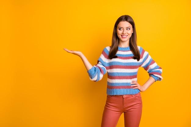 Il ritratto del promotore allegro positivo della ragazza tiene il copyspace presente della mano