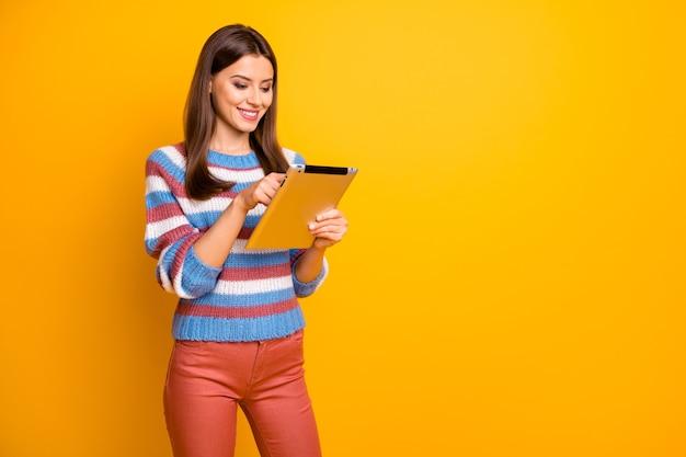 Ritratto di ragazza allegra positiva utilizzare tablet