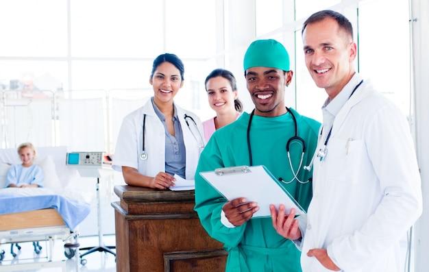 Ritratto di un'équipe medica positiva al lavoro