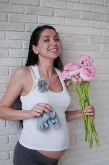 Ritratto della donna incinta con fiori