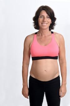Ritratto di una donna incinta con abbigliamento sportivo