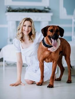 Ritratto di giovane donna incinta con il suo animale domestico