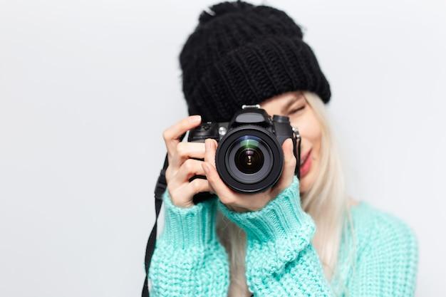 Ritratto di una bella ragazza bionda, fotografo che scatta foto con una fotocamera dslr