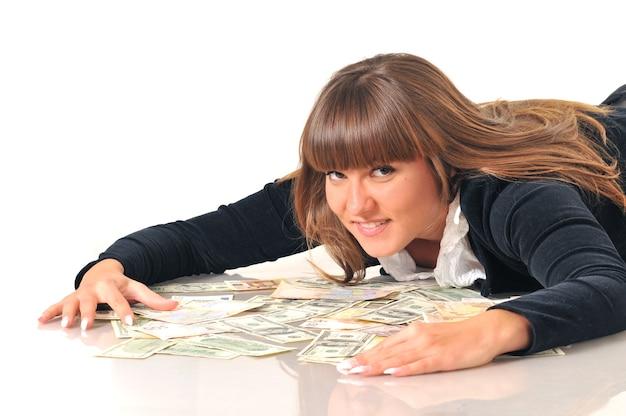 Ritratto di donna castana bianca abbastanza caucasica che si trova vicino a euro e dollari.