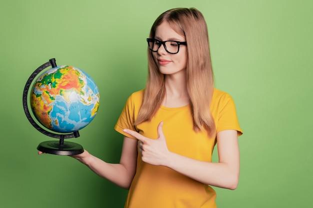 Il ritratto di una signora piuttosto affascinante indica che il globo del dito sceglie una maglietta gialla con occhiali da vista country