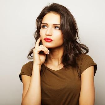 Ritratto di una bella ragazza su sfondo bianco