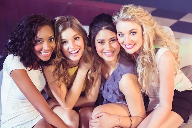 Ritratto di belle ragazze sorridenti