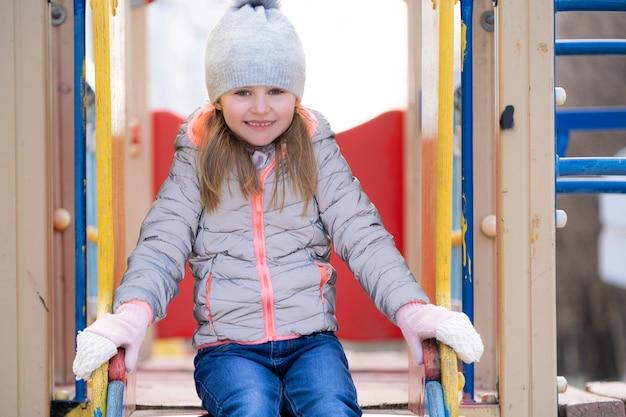 Ritratto di ragazza graziosa del bambino nel parco giochi