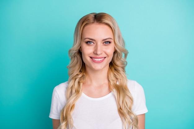 Ritratto di un bel sorriso a trentadue denti soddisfatto candido donna