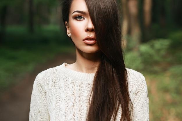 Ritratto di donna graziosa nella foresta