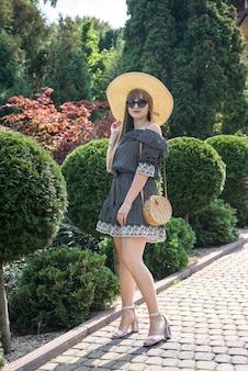 Ritratto di bella donna nel giardino estivo, lifestyle