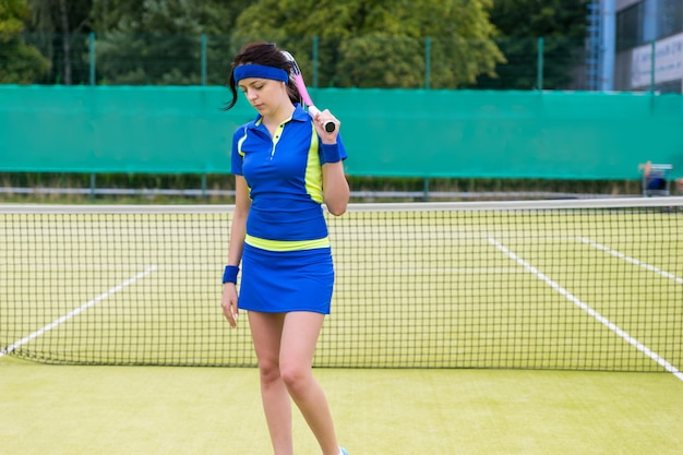 Ritratto di un giocatore di tennis abbastanza giovane dopo una partita in campo