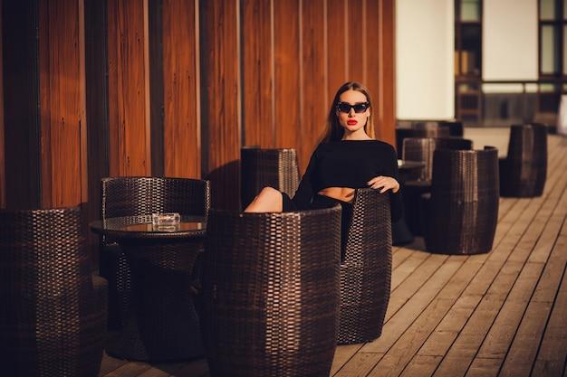 Ritratto di una bella giovane donna nella caffetteria