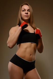 Ritratto di un bodybuilder di donna atleta professionista con un fisico atletico perfetto