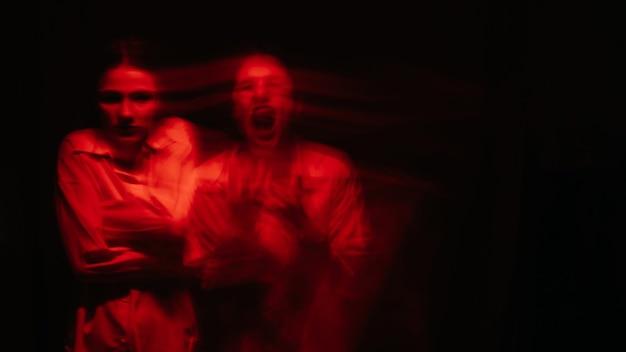 Ritratto di una donna psicotica con malattie schizofreniche e disturbi mentali