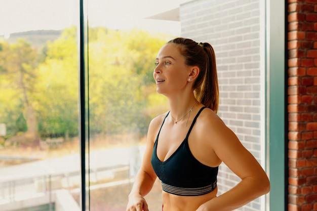 Ritratto di una donna dai capelli rossi che conduce uno stile di vita sano. una donna sana e forte ama lo sport. il concetto di sport e una corretta respirazione.