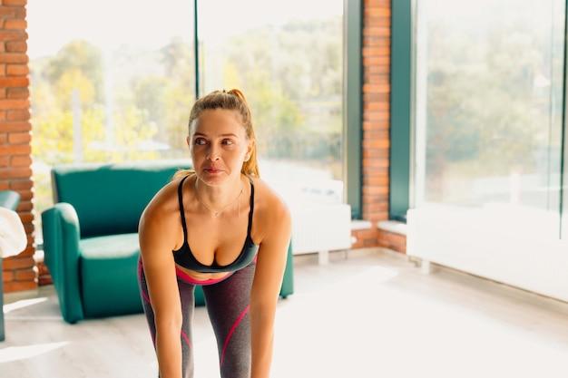 Ritratto di una donna dai capelli rossi che conduce uno stile di vita sano. una donna sana e forte ama lo sport. foto con spazio laterale vuoto.