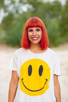 Ritratto di donna dai capelli rossi con una maglietta divertente