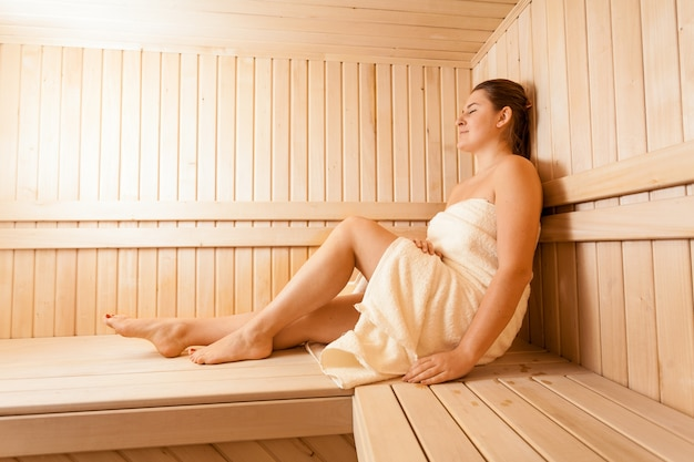 Ritratto di donne rilassanti nella sauna in legno
